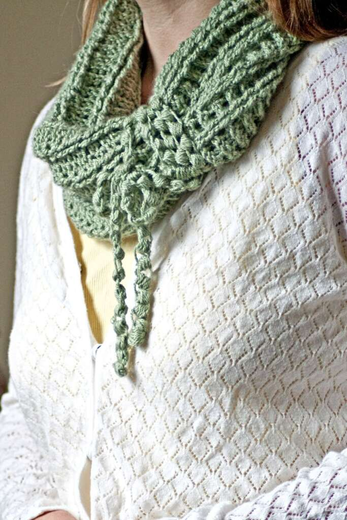 Inside Out Ribbed Tube Crochet Cowl Pattern from Crochet.life